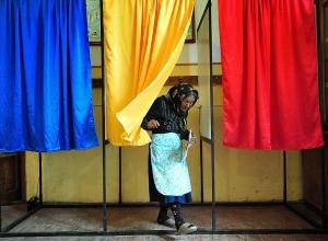 Um exemplo de dedicação. Um senhora de idade já avançada cumprindo o dever de votar em Baleni,uma aldeia a cerca de 60Kms de Bucharest.